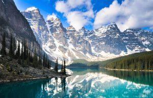 canada-le-lac-moraine-dans-les-montagnes-rocheuses