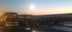 Les véhicules incendiés, hier matin, sur le parking de l'aéroport de Charleroi