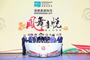 Les dirigeants de Norwegian Cruise Line Holdings, le parrain du Norwegian Joy, Wang Leehom et l'artiste ayant décoré la coque du navire, Tan Ping, se sont joint aux invités VIP pour le traditionnel lancé de bouteille de champagne pour baptiser officiellement le navire lors d'une cérémonie de gala qui s'est déroulé à bord du navire à Shanghai.