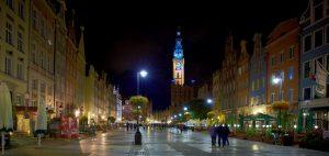 Gdansk, la Voie Royale saisie la nuit avec le beffroi élancé d