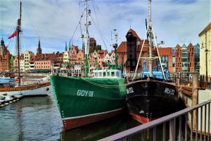 Gdansk, les quais le long de la Motlawa alignent harmonieusement des bâtiments historiques et d'autres plus modernes.