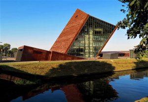 Gdansk, le musée de la Seconde Guerre mondiale évoque un obus planté dans le sol. C'est d'ailleurs sous terre que le bâtiment oblique présente ses 6800 m2 de collections.