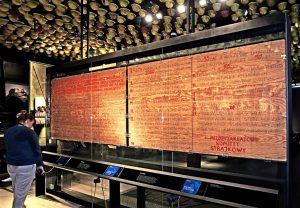 """Dans le musée du Centre Européen de Solidarité se trouvent les panneaux de bois avec les 21 revendications des ouvriers de septembre 1980, écrites à la main et aujourd'hui inscrits par l""""Unesco au registre Mémoire du Monde."""