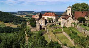 Le village de Château-Chalon est perché sur un escarpement d'où il domine toute la vallée.