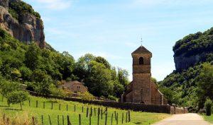 Baume-les-Messieurs nichée au coeur d'un cirque magnifique profite d'un cadre naturel exceptionnel et est classé parmi les beaux villages de France.