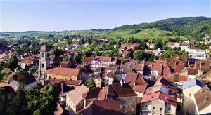Il faut monter au balcon du clocher de l'église St-Just pour découvrir le panorama sur la cité d'Arbois et son vignoble.