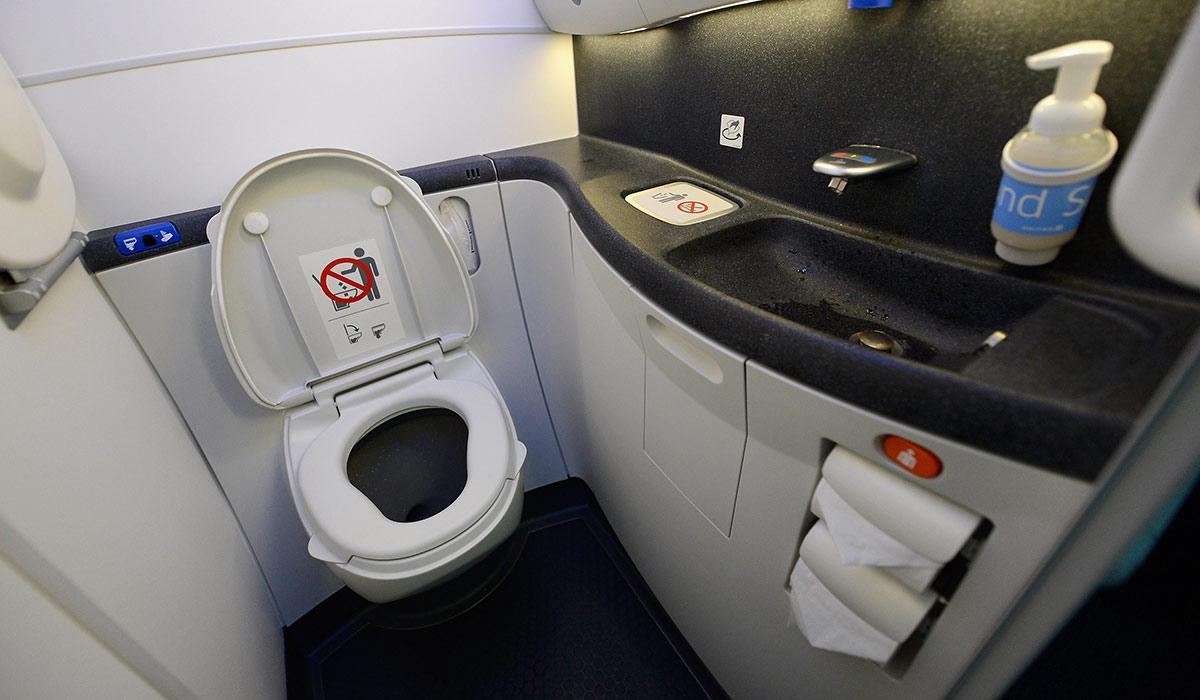 Toilettes inutilisables dans un avion rempli de plombiers   Pagtour